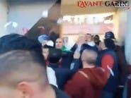فيديو.. جزائريون يقتحمون أحد مراكز الاقتراع ويمزقون البطاقات