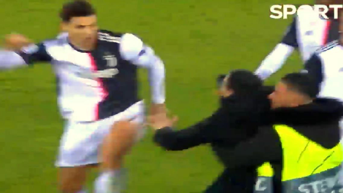 كان رونالدو خائفا ومتوترا وحاول ضرب المشجع