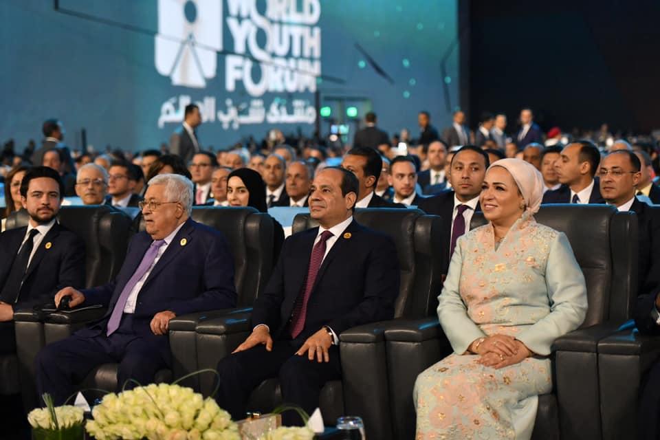 الرئيس عبدالفتاح السيسي خلال المنتدى وإلى جانبه الرئيس الفلسطيني محمود عباس