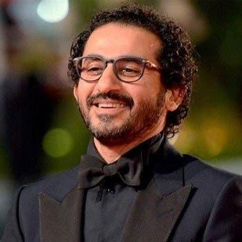 """شاهد أحمد حلمي للجمهور: """"إنتوا عاوزين تعرفوا اسمي ليه؟"""""""