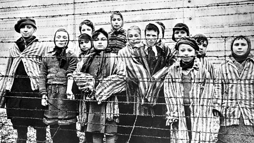 صورة لعدد من الأطفال بمراكز الموت النازية