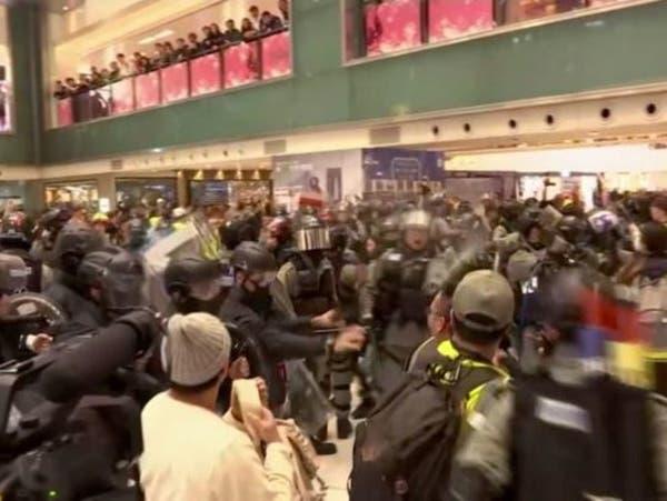 هونغ كونغ.. احتجاجات بمراكز تسوق والرئيسة لام إلى بكين