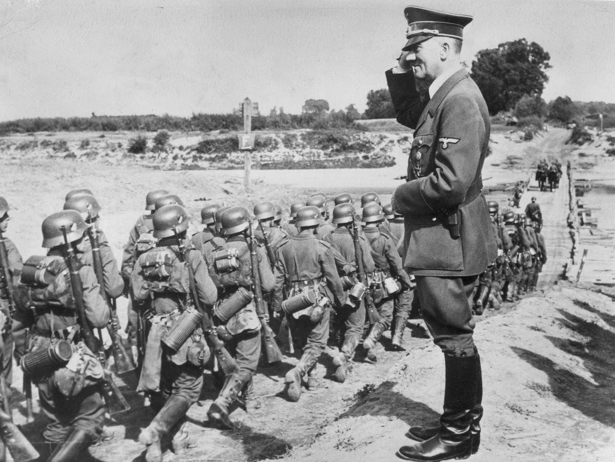 صورة لأودولف هتلر أثناء تحيته لعدد من جنوده عند عبورهم للأراضي البولندية