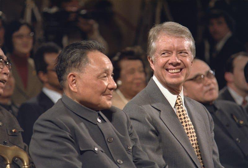 صورة تجمع بين الرئيس الأميركي جيمي كارتر والقائد الصيني دنغ شياوبنغ مطلع العام 1979