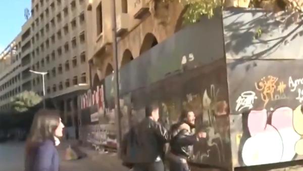 """شاهد.. مناصرو حزب الله يعتدون على مراسلة قناة """"الحدث"""""""