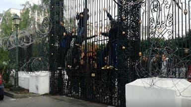 شاهد معتصمون يحاولون اقتحام برلمان تونس وحرق أنفسهم