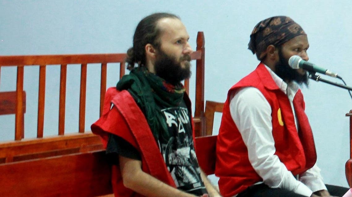 Jakub Fabian Skrzypski (L) from Poland sits in a court with another prisoner in Wamena on December 17, 2018. (File photo: AFP)