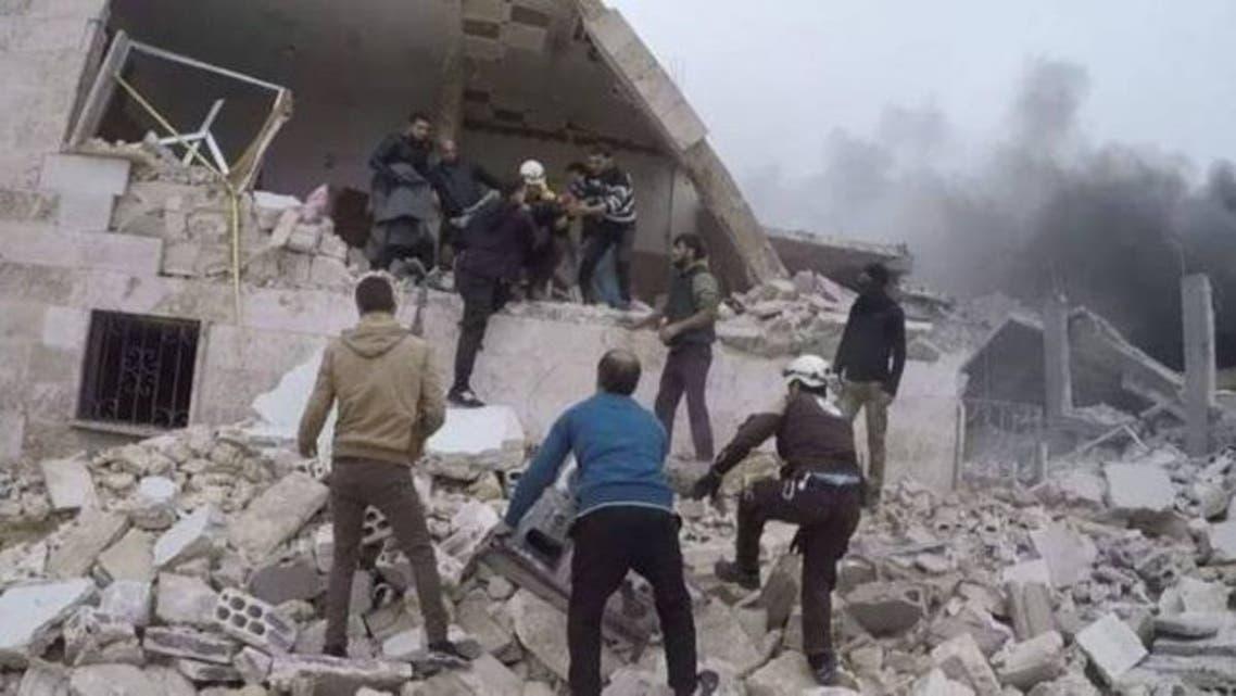 محاولة انتشال عالقين تحت الركام في إدلب (المرصد السوري)