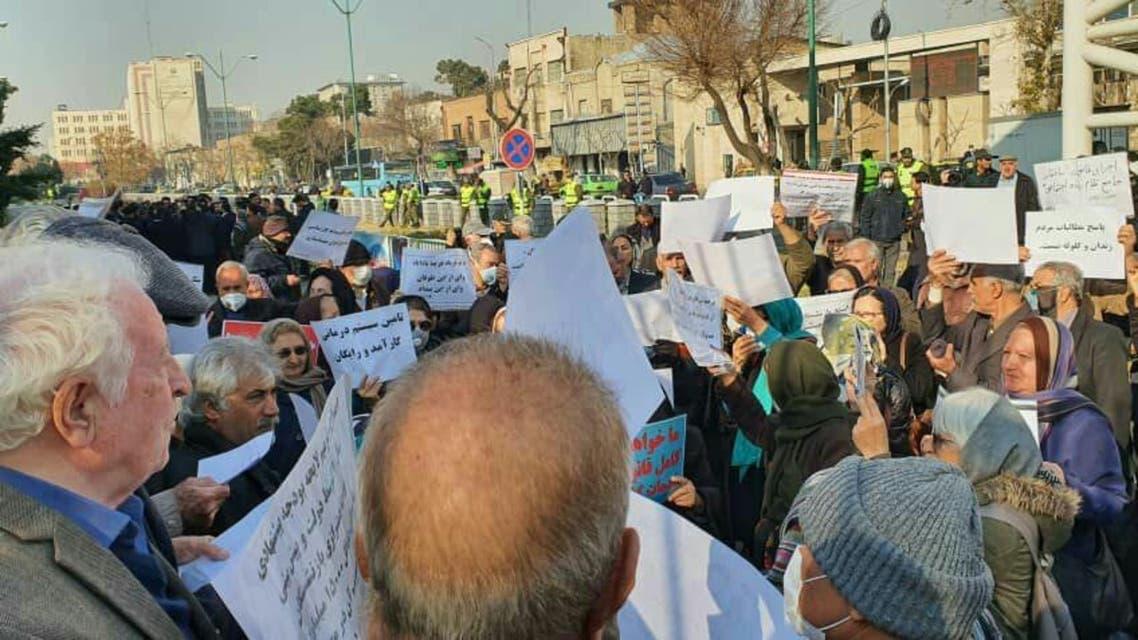 التجمع امام مجلس الشوري الايراني
