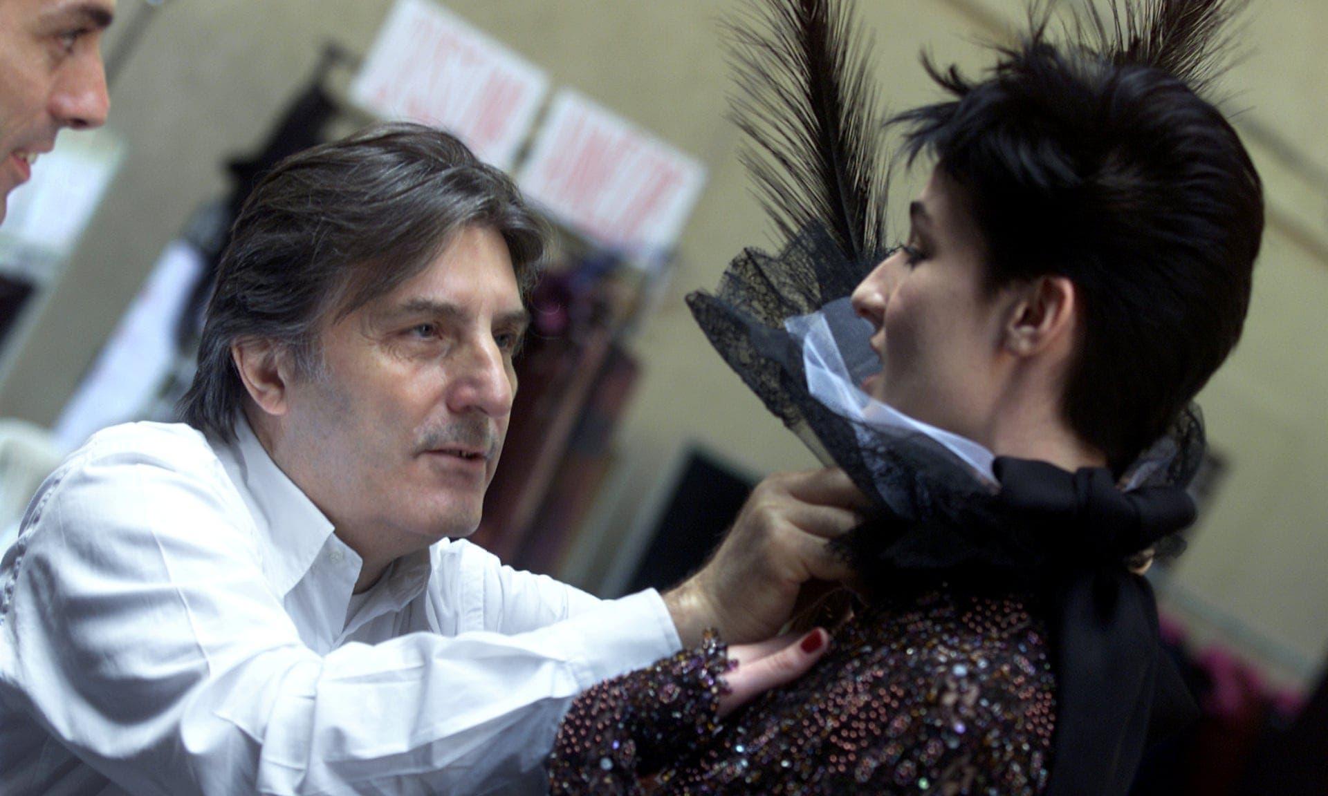 إيمانويل أنغارو خلال التحضيرات لعرض مجموعته من الأزياء الراقية لخريف وشتاء2001-2002