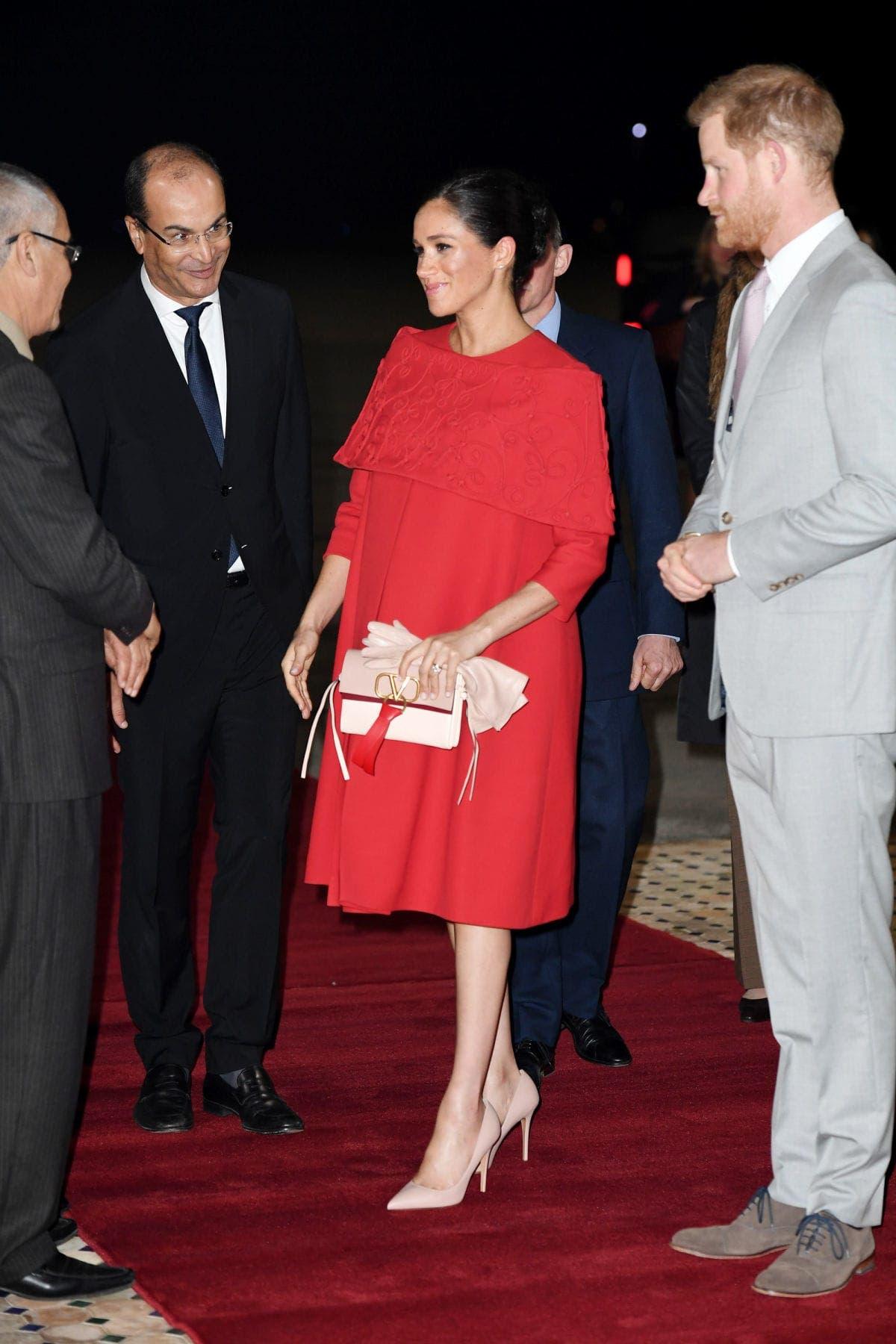 ميغان بثوب أحمر من فالنتينو خلال رحلة إلى المغرب