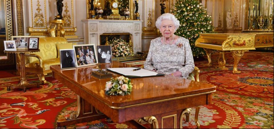 الصورة بالوسط العام الماضي، لابنها الأمير تشارلز وزوجته، ولهاري وزوجته، كما لوليام وزوجته وطفليهما جورج وتشارلوت