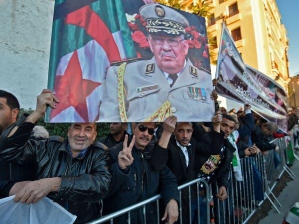 فيديو..جزائريون يطردون سفير فرنسا من جنازة قايد صالح