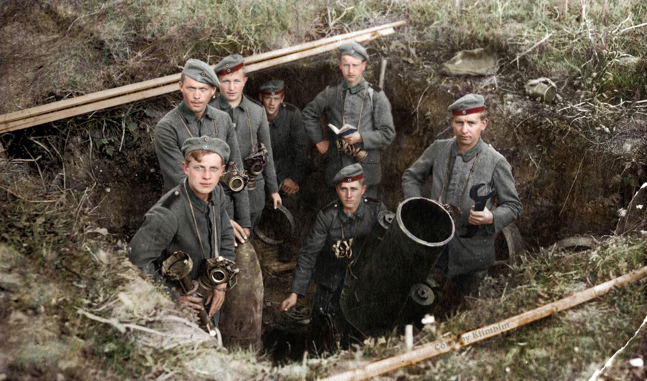 صورة ملونة اعتمادا على التقنيات الحديثة لجنود ألمان رفقة أحد مدافعهم