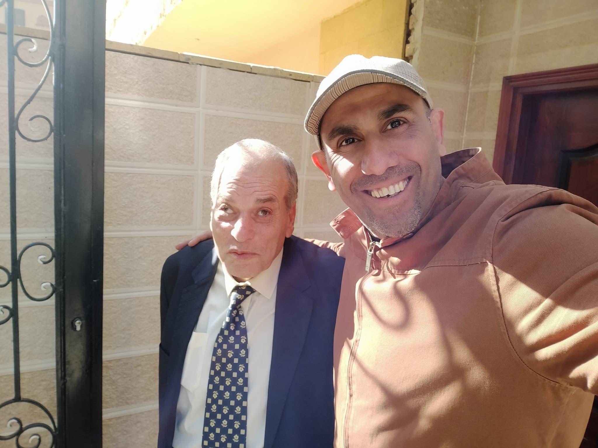 عبد الباسط صاحب المطعم مع أحد الفنانين