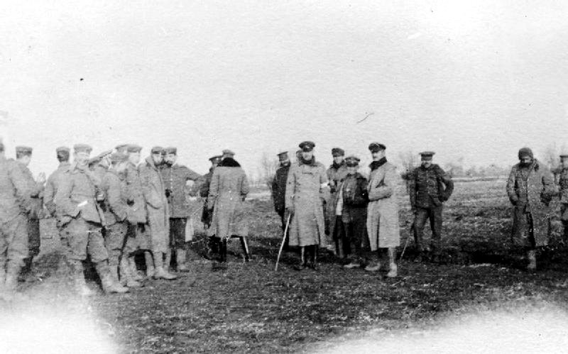 صورة فوتوغرافية تجسد لقاء جنود بريطانيين وألمان خلال هدنة غير رسمية