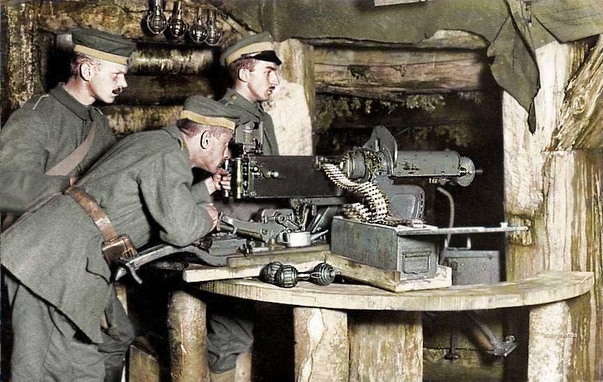 صورة ملونة اعتمادا على التقنيات الحديثة لجنود ألمان اثناء تجربة سلاح رشاش