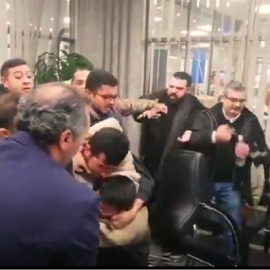 شاهد الشجار الأعنف داخل بنك لبناني في مدينة طرابلس
