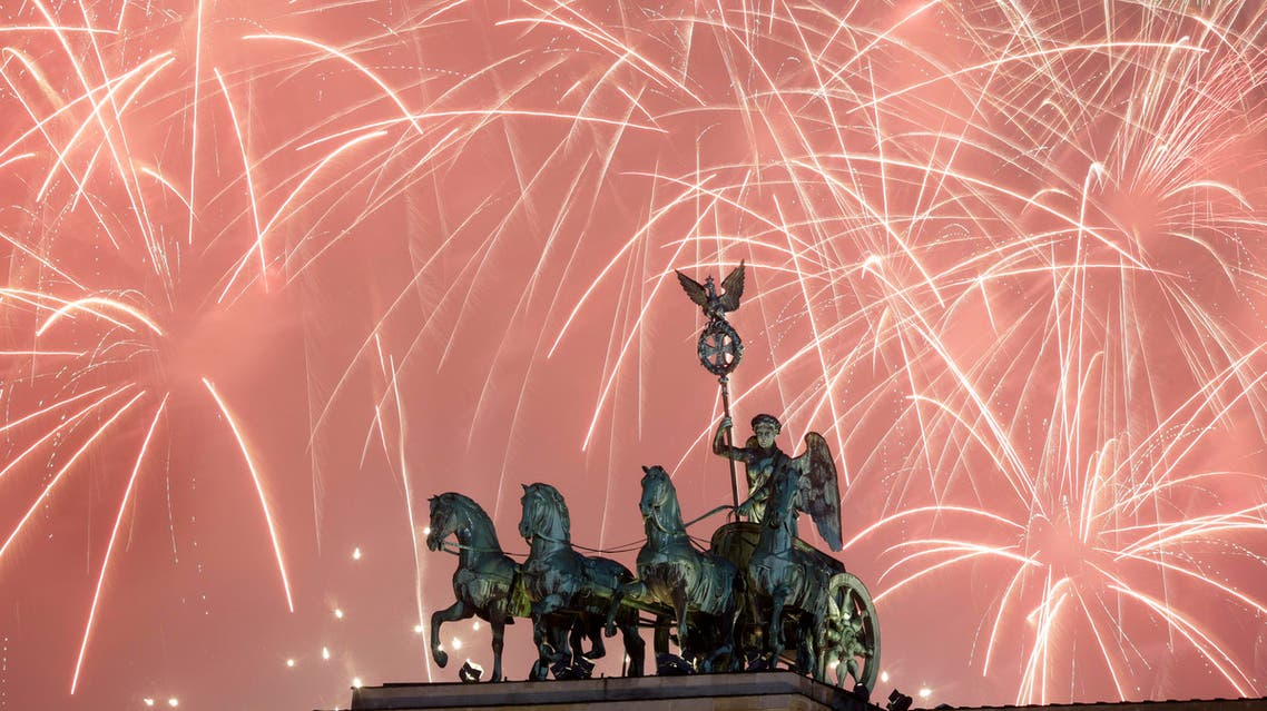 Fireworks light the sky above the Brandenburg Gate shortly after midnight in Berlin. (File photo: AP)
