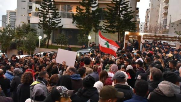 انتشار أمني وباصات في لبنان.. متظاهرون يطوقون منزل دياب
