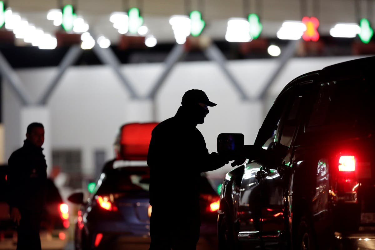 Mexican authorities inspect cars with migrants at the international border bridge between US and Mexico. (Photo: Reuters)