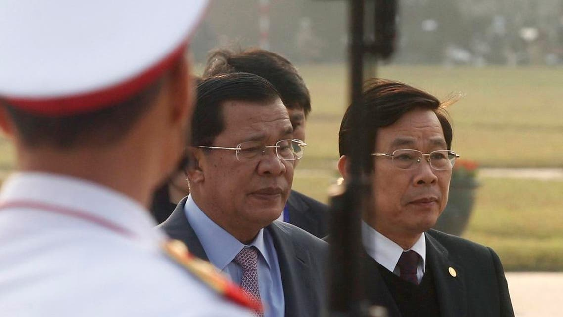 Cambodia's Prime Minister Hun Sen (C) stands next to Vietnam's former Information and Communication Minister Nguyen Bac Son (R). (Photo: Reuters)