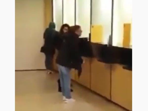 """صرخة وجع من داخل مصرف في لبنان: """"زوجي ميت ما عندي خبز"""""""