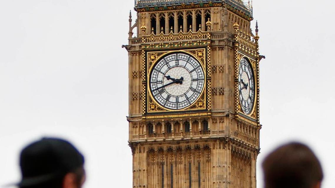 Tourists look towards the faces of the Great Clock of the Elizabeth Tower, commonly referred to as Big Ben. (File photo: AFP)