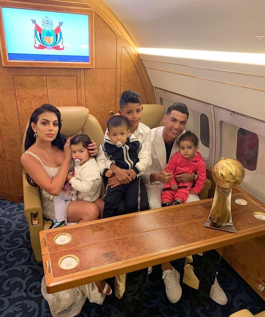 رونالدو برفقة عائلته في الطائرة خلال توجهه إلى دبي
