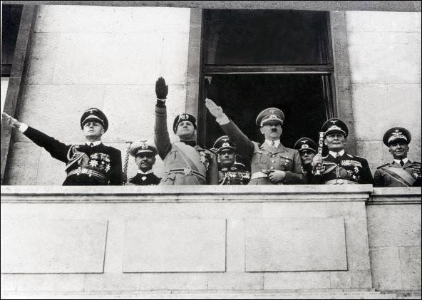 هتلر يؤدي التحية النازية (فرانس برس- أرشيفية)