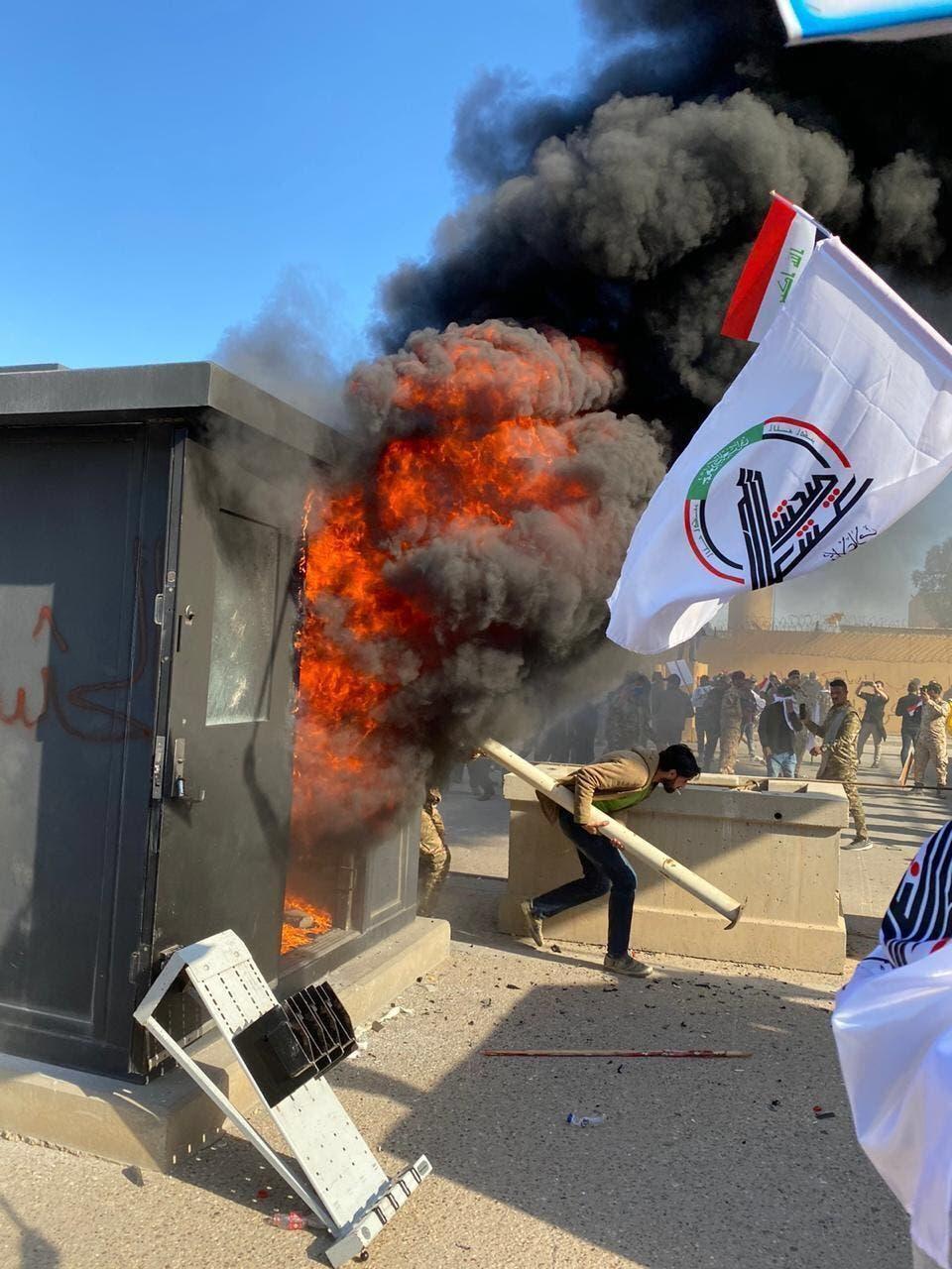 حرق كرفانات الحماية الخاصة بالسفارة عند البوابات الخارجية