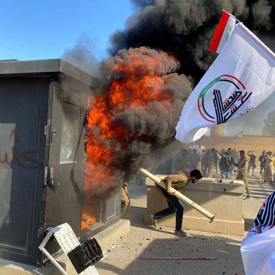 شاهد.. حرق بوابات حماية السفارة الأميركية في بغداد
