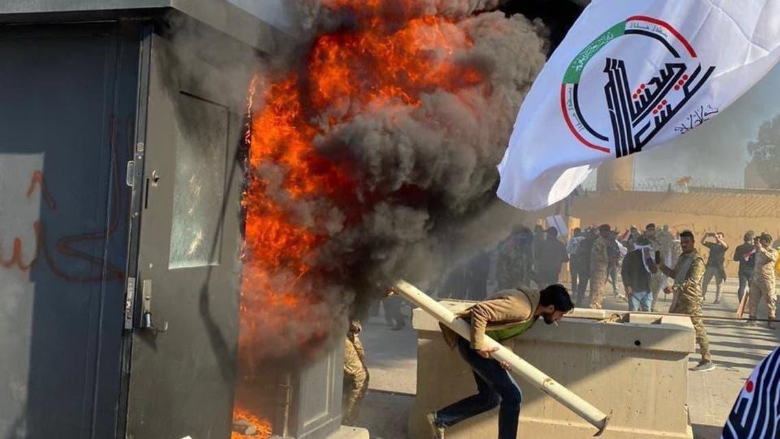 حرق كرفانات الحماية الخاصة بالسفارة عند البوابات الخارجية للسفارة الأميركية