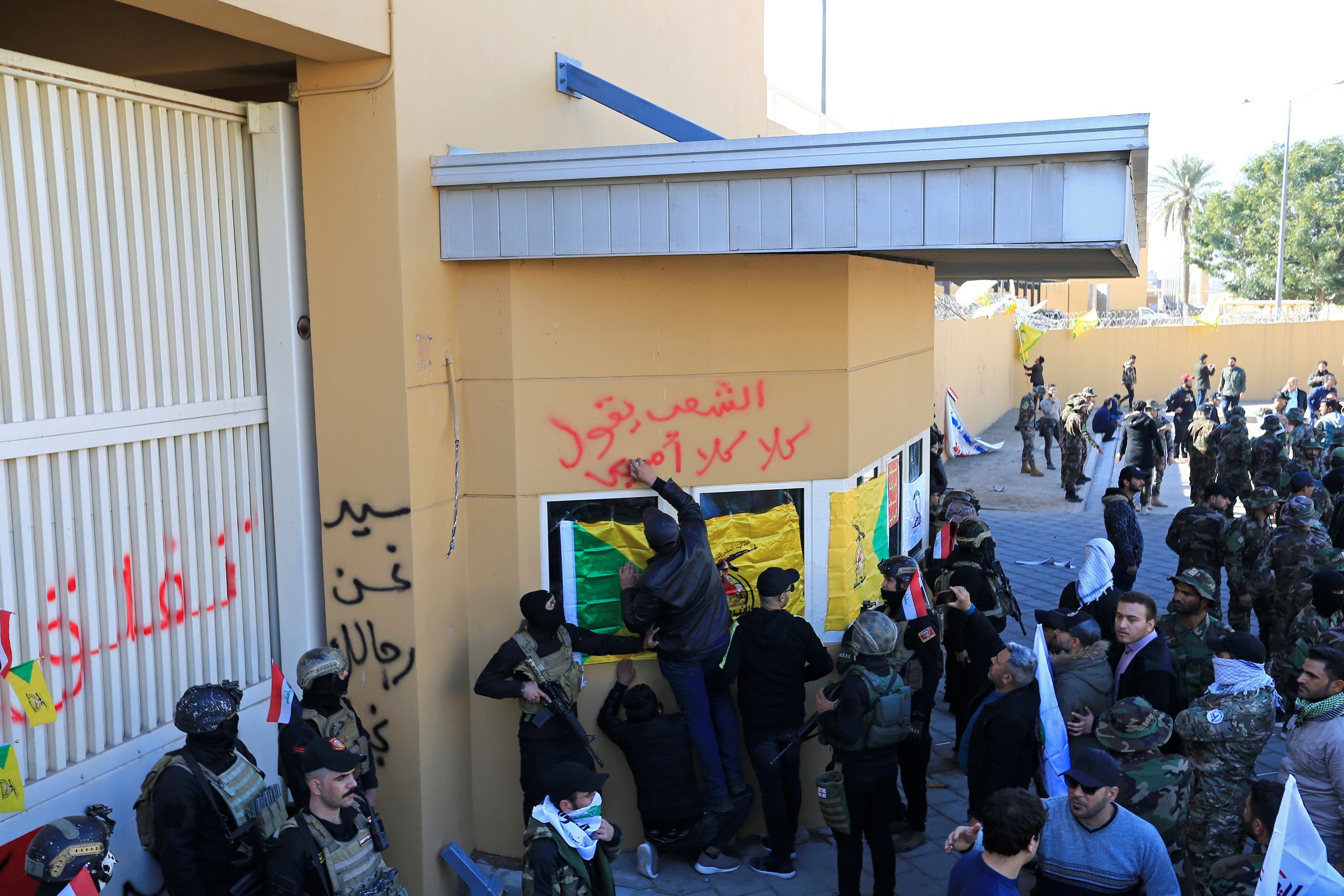 روی دیوار با اشاره به رهبر ایران با خط مشکی نوشته شده «ما سربازان تو هستیم سید»