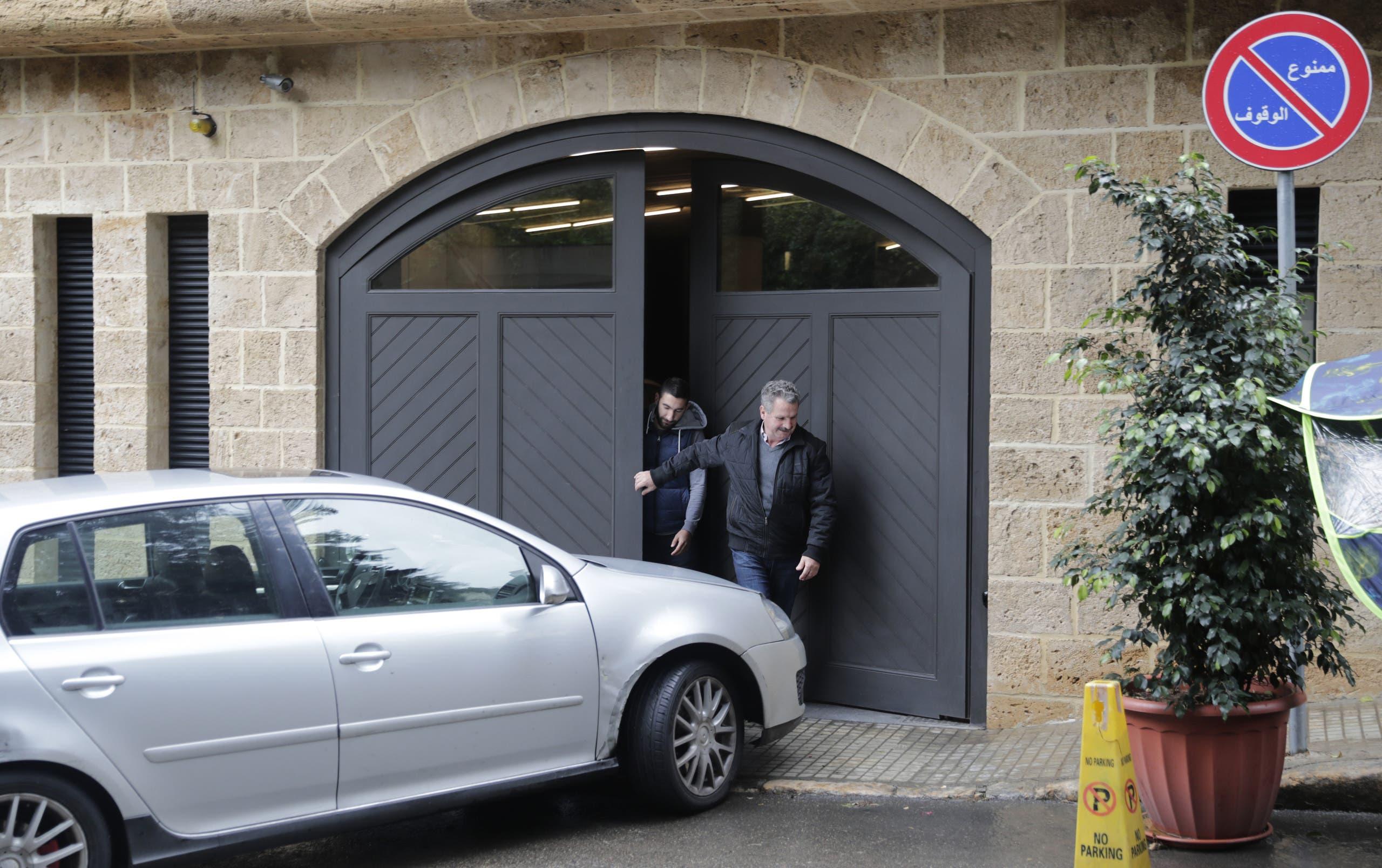 من أمام منزل أفادت وثائق قضائية لبنانية بأنه يعود لكارلوس غصن في بيروت (فرانس برس)