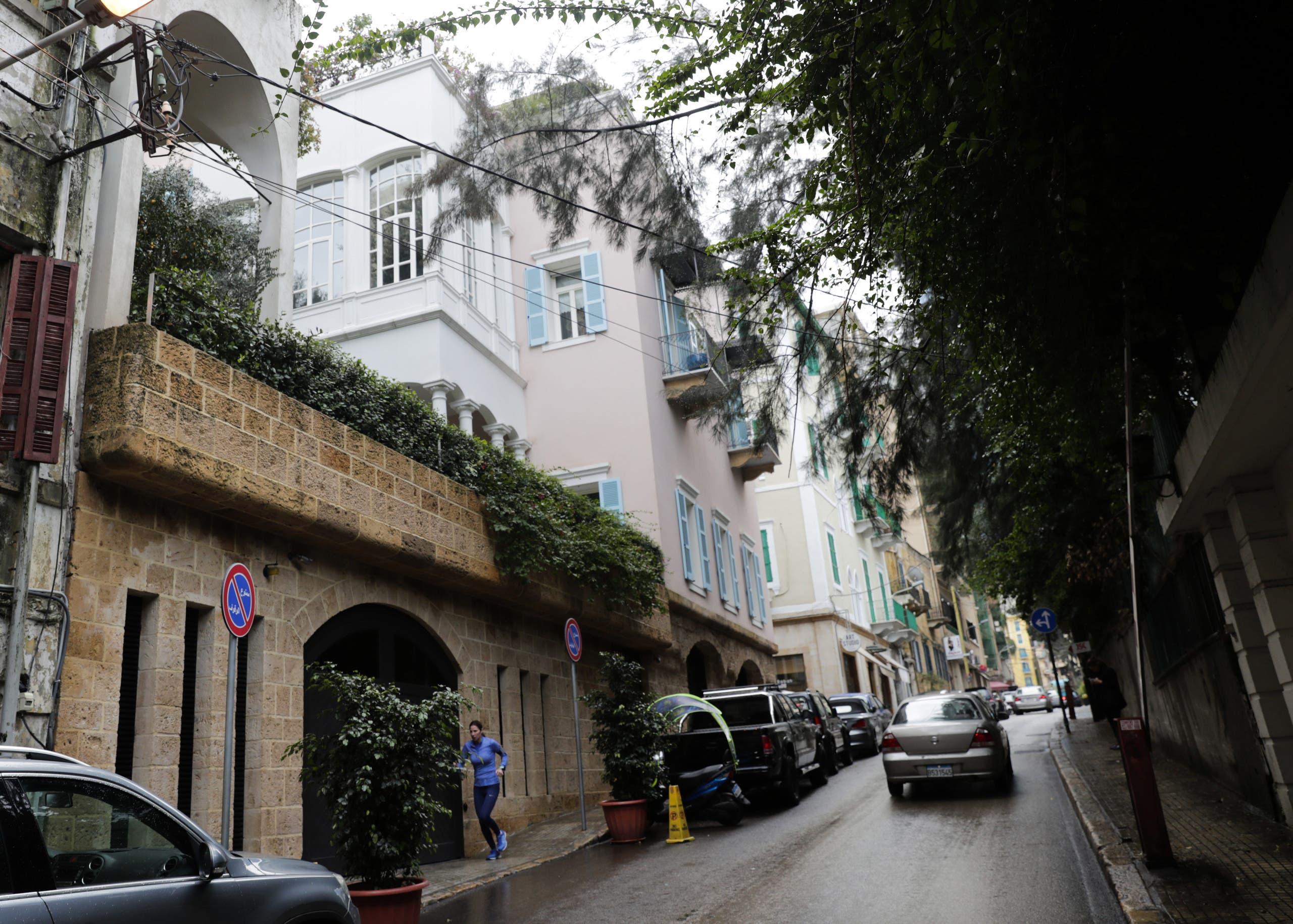 من أمام منزل أفادت وثائق قضائية لبنانية سابقا بأنه يعود لكارلوس غصن في بيروت (فرانس برس)