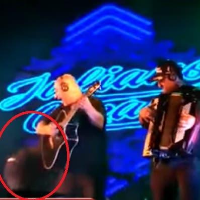 انظر لمغنٍ برازيلي يسقط جثة على المسرح أمام الجمهور