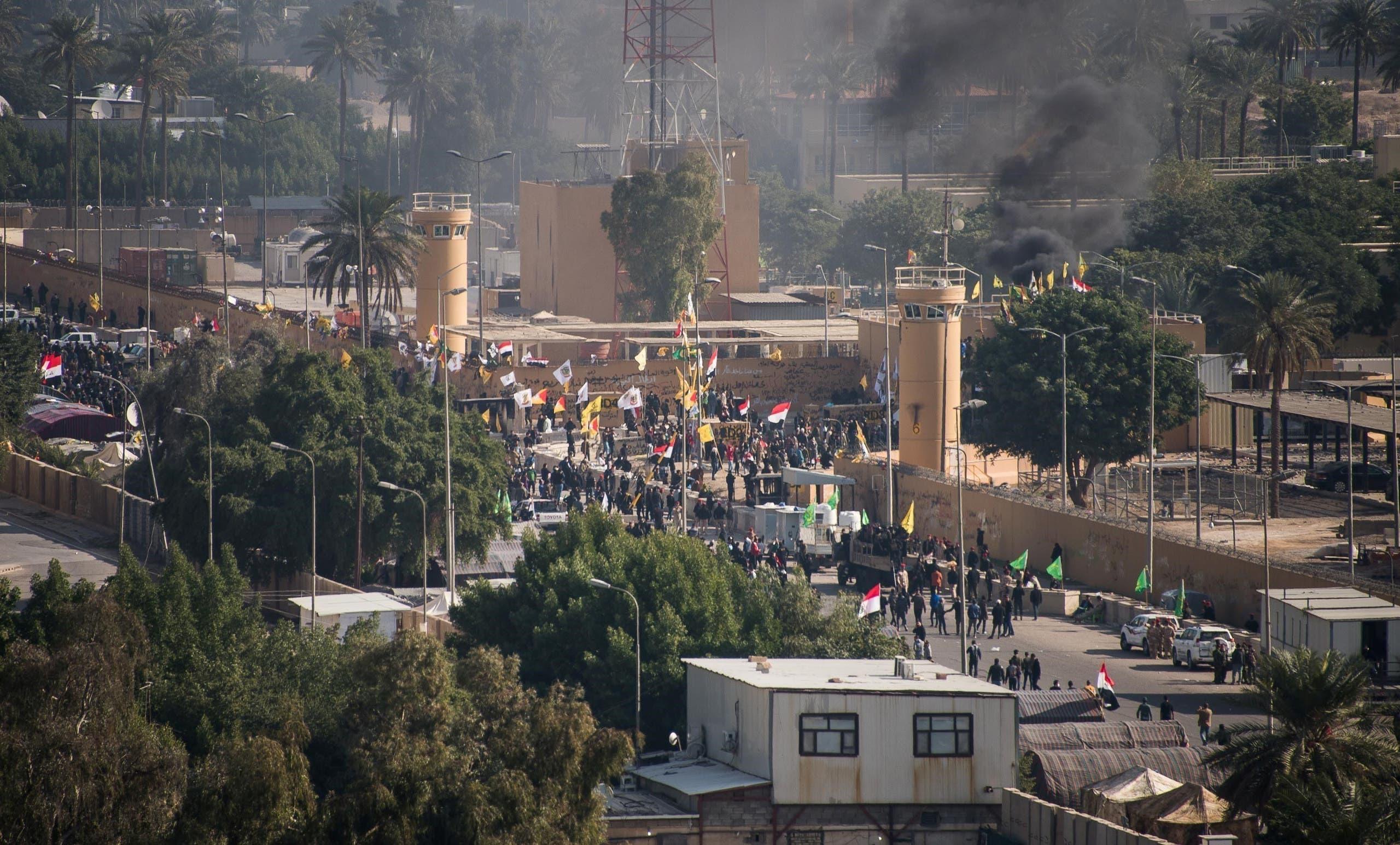 من محيط السفارة الأميركية في بغداد (الأول من يناير - رويترز)