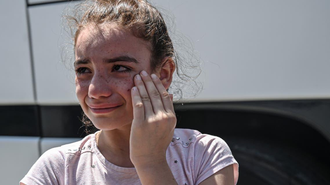 طفلة سورية تبكي بعد ترحيلها وعائلتها من اسطنبول إلى سوريا (فرانس برس)