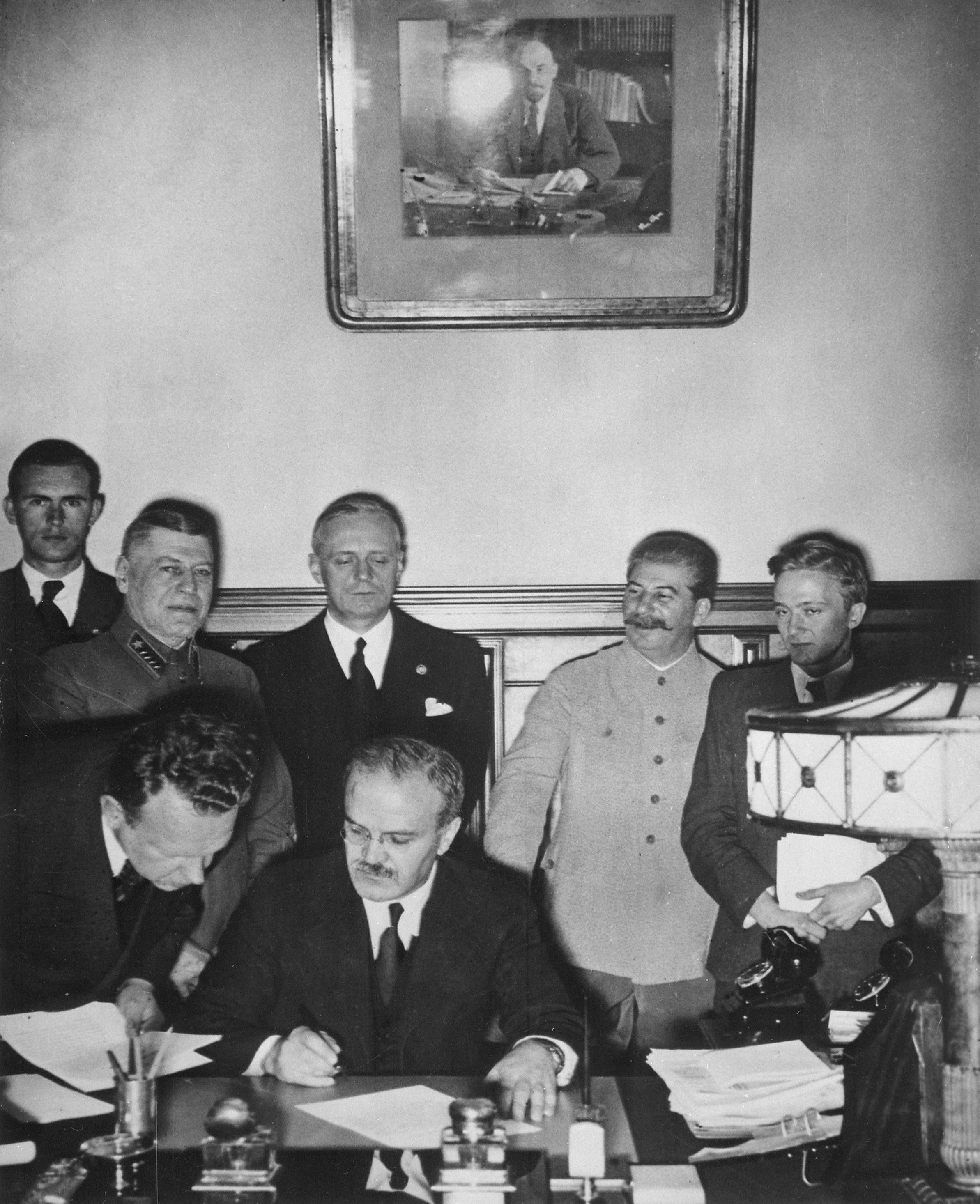 صورة لعملية توقيع اتفاقية مولوتوف ريبنتروب بين السوفيت والألمان