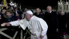 فيديو لبابا الفاتيكان يفقد صبره ويصفع امرأة.. ثم يعتذر!