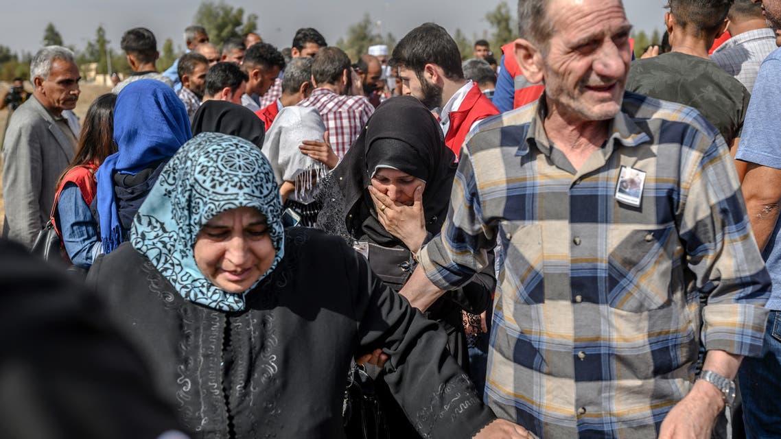 نازحون سوريون من إدلب باتجاه تركيا (فرانس برس)