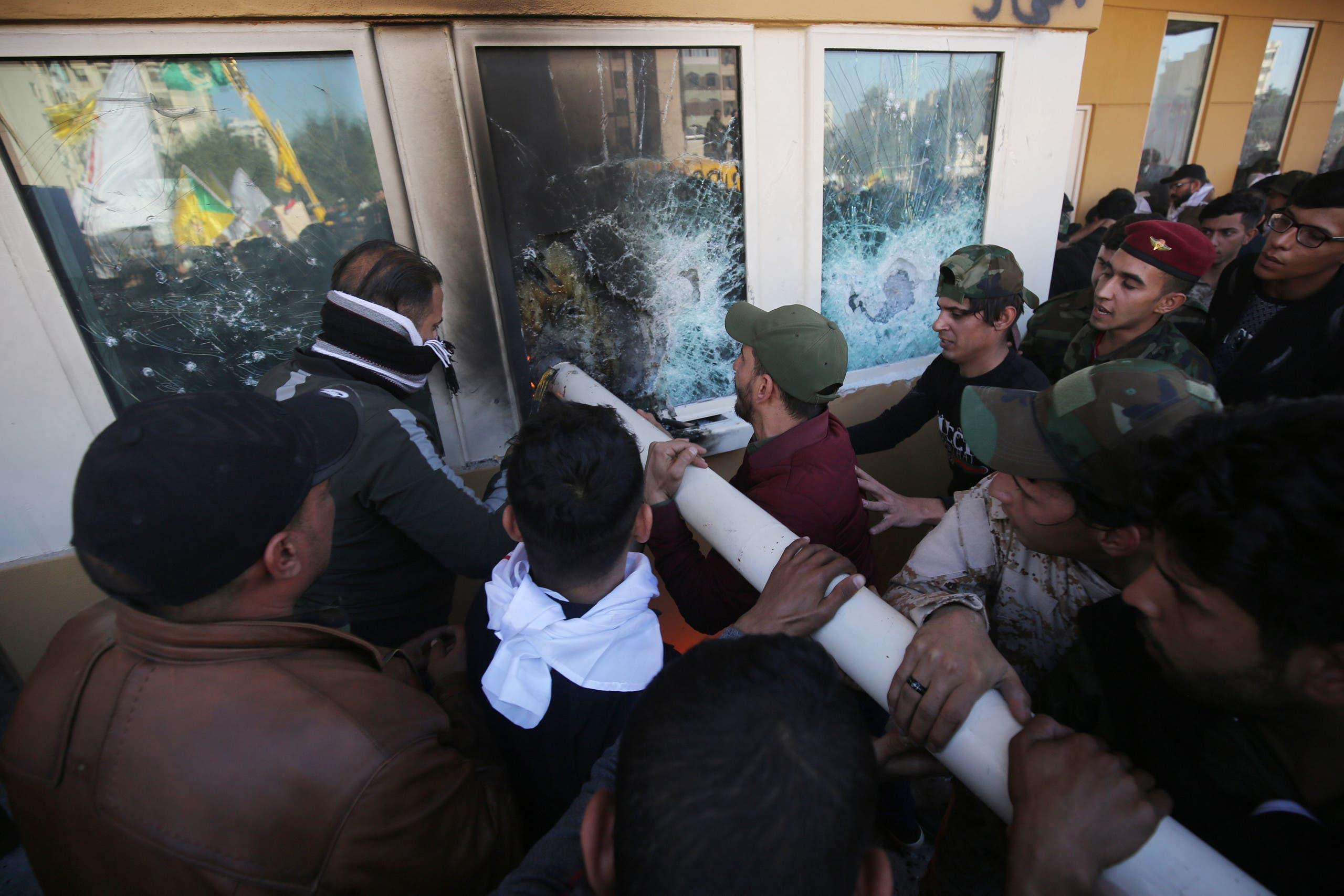 مهاجمة السفارة الأميركية في بغداد (فرانس برس)