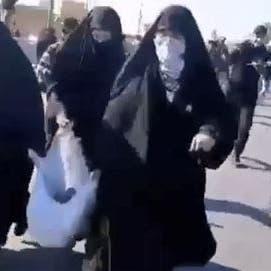 فيديو.. نساء الميليشيات يجلبن الحجارة لرشق سفارة أميركا