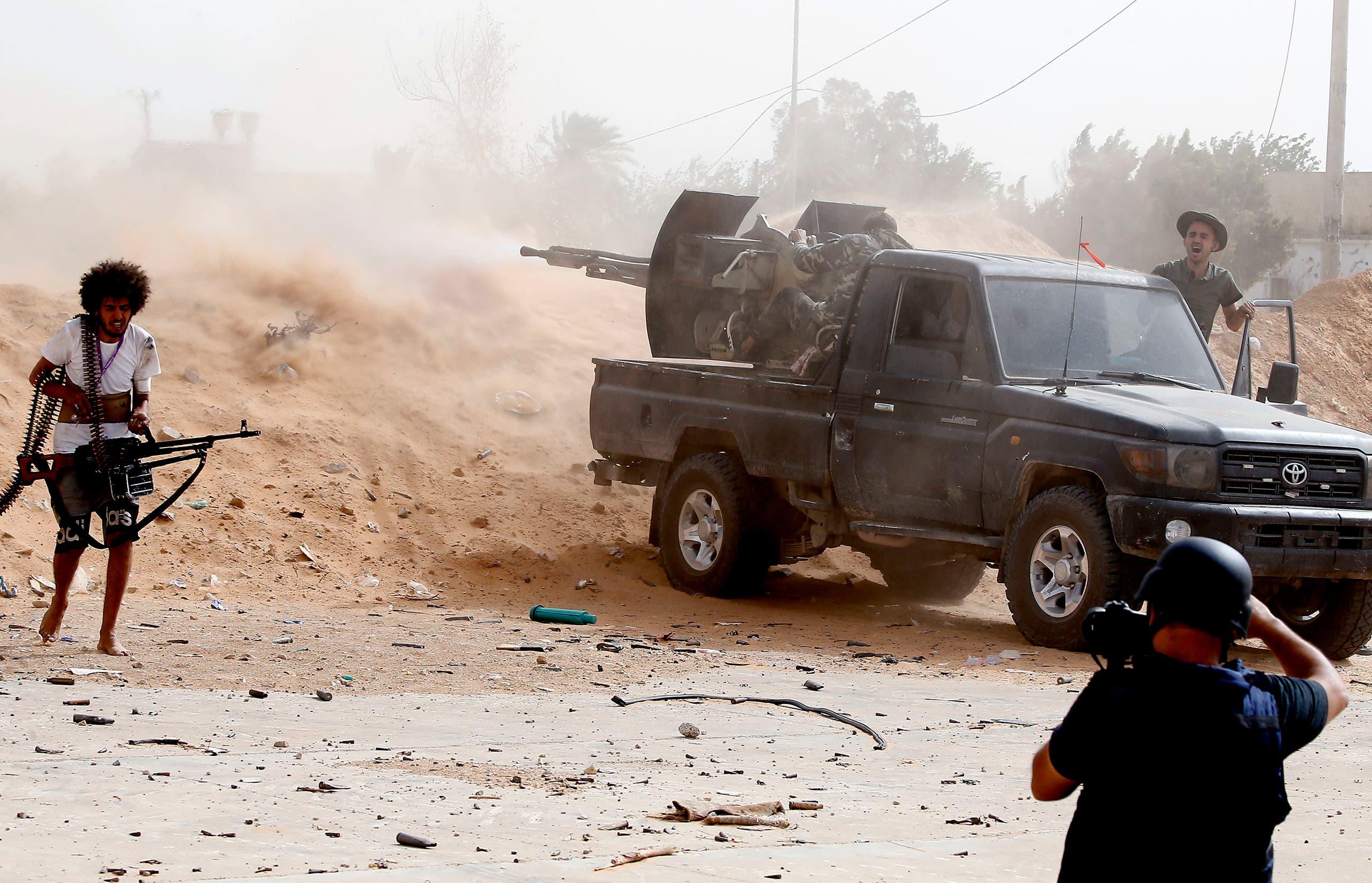 عناصر من ميليشيات تقاتل إلى جانب الوفاق في طرابلس (فرانس برس)