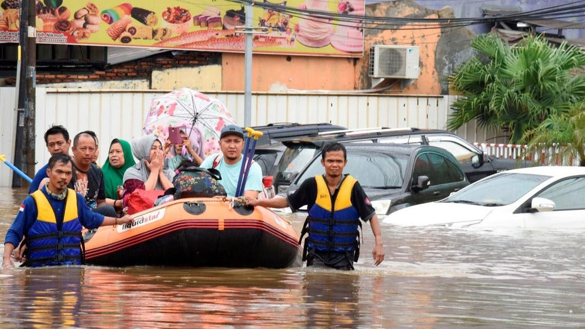 A rescue team evacuates locals on an inflatable boat during a flood after heavy rain in Bekasi, near Jakarta, Indonesia January 1, 2020. (Photo: Reuters)