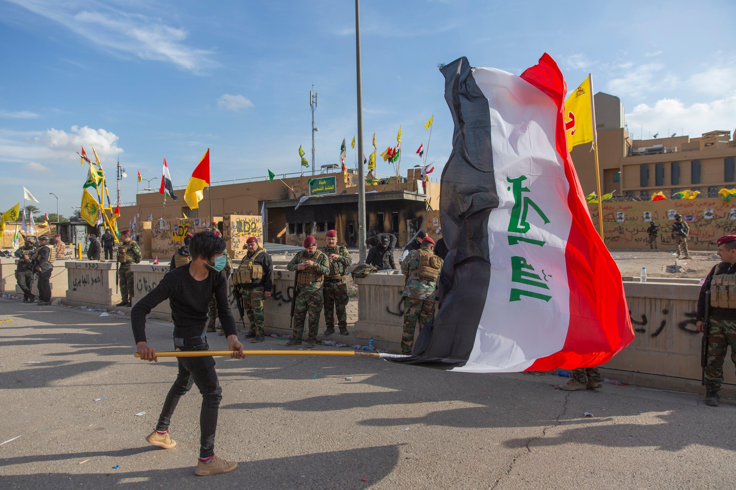 عراقي بالقرب من السفارة الأميركية في بغداد