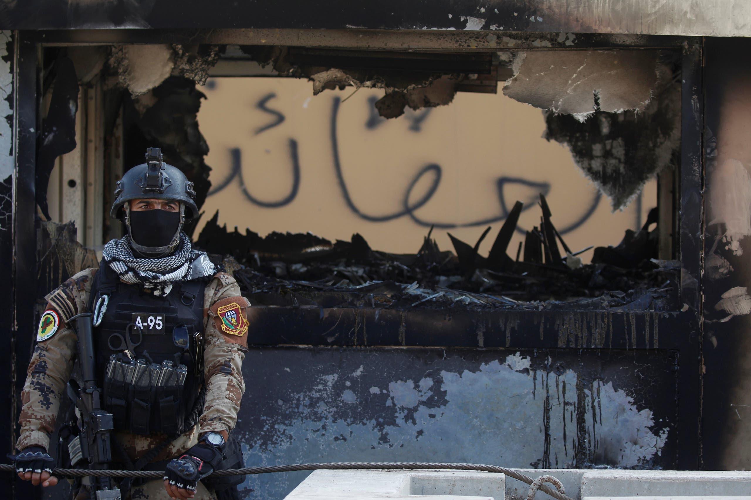 من أمام السفارة الأميركية في بغداد (الأول من يناير- رويترز)