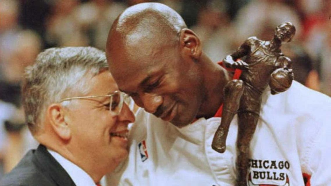 Commisioner David Stern (L) congratulates Chicago Bulls guard Michael Jordan during the 1996 NBA Most Valuable Player trophy presentation. afp