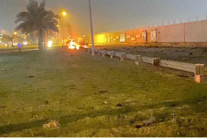 بقايا احدى السيارتين خارج مطار بغداد